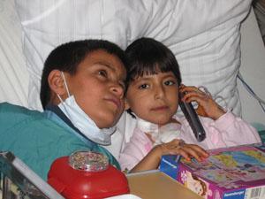 Negara telefoniert mit ihrer Familie nach der OP