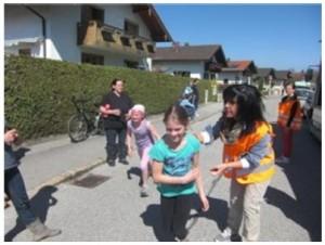 Kinder liefen eine 400 m lange Runde
