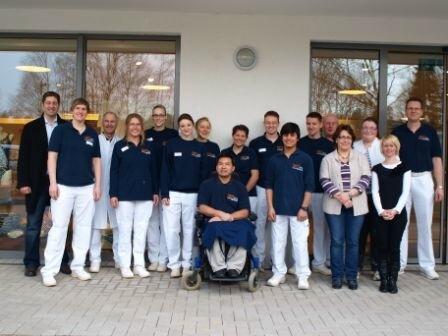 Die Mitarbeiter der Auguste-Viktoria-Klinik mit Shir Sha ( 1. Reihe, der 3. von rechts )