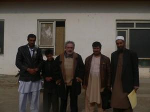 Rechts im Bild: Rektor, 2. v. Rechts: unser Fahrer, Mitte:Dr. Mehrain, 4. von Rechts: ein Schüler ganz links ein Lehrer