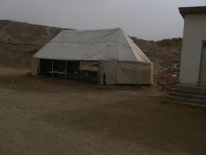 Der Unterricht wird oft im Zelt abgehalten, da im Klassenzimmer durch zerbrochene Scheiben und Durchzug noch kälter ist als im Zelt.