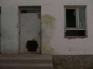 Eingangstüre und Fenster eines Klassenzimmers.