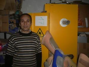Herr Nawabi, stolz auf Gerätschaften aus Bad Oeynhausen