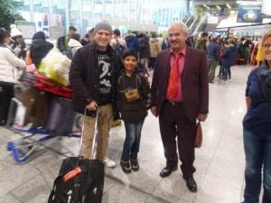 Erfan mit Gastvater im Frankfurter Flughafen