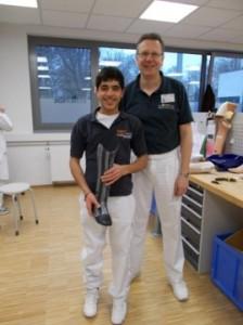 Mia mit seiner neuen Prothese und dem Werkstattleiter Herrn Torunski